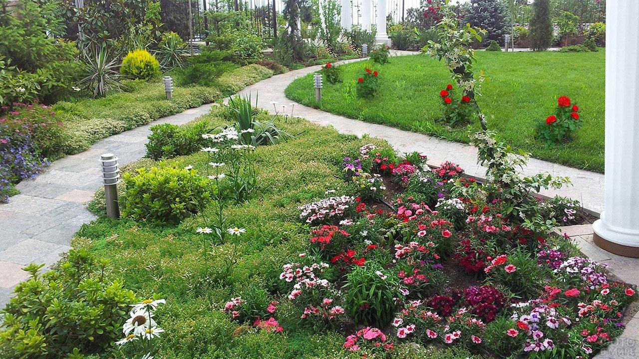 Рододендроны в саду с античными ротондами