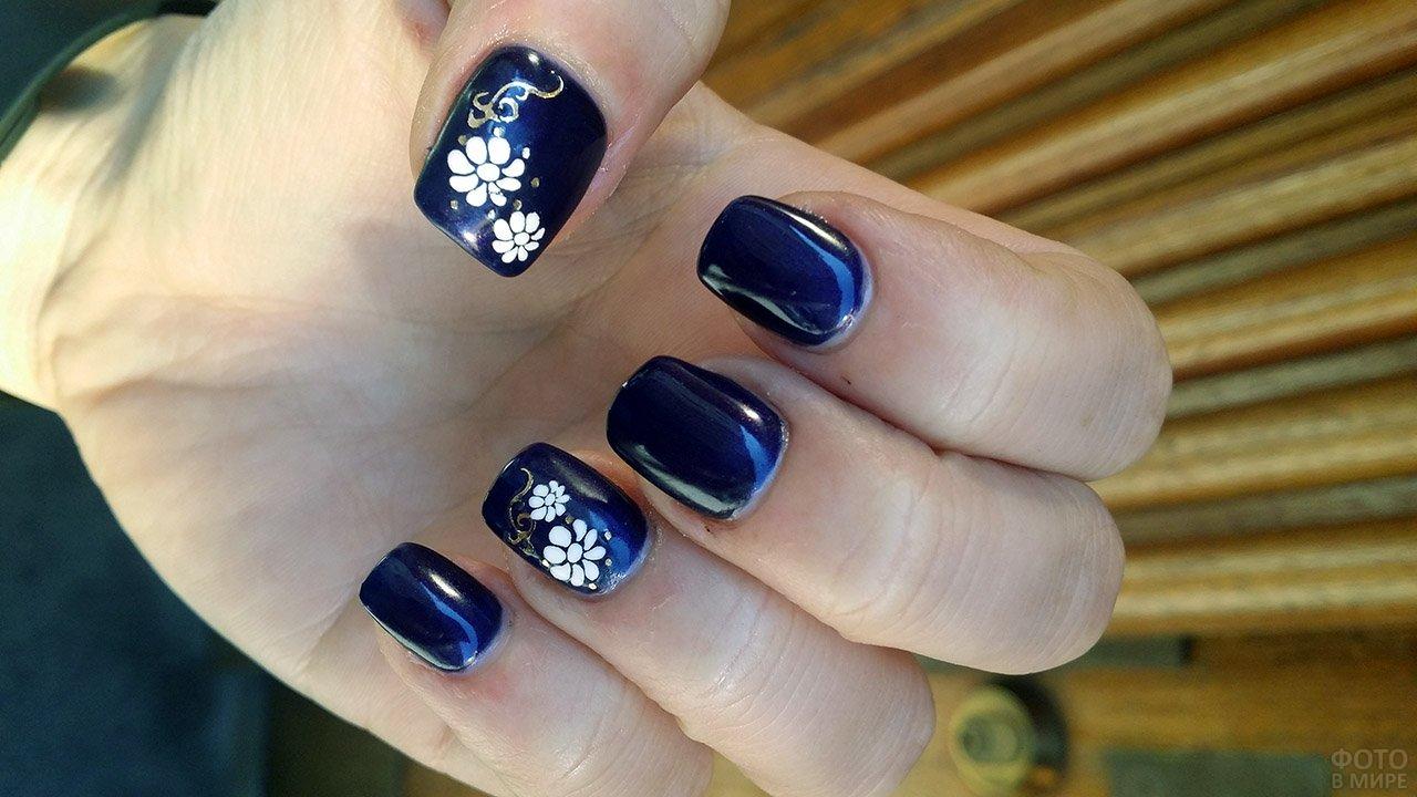 Белые цветы на тёмно-синем квадратном маникюре