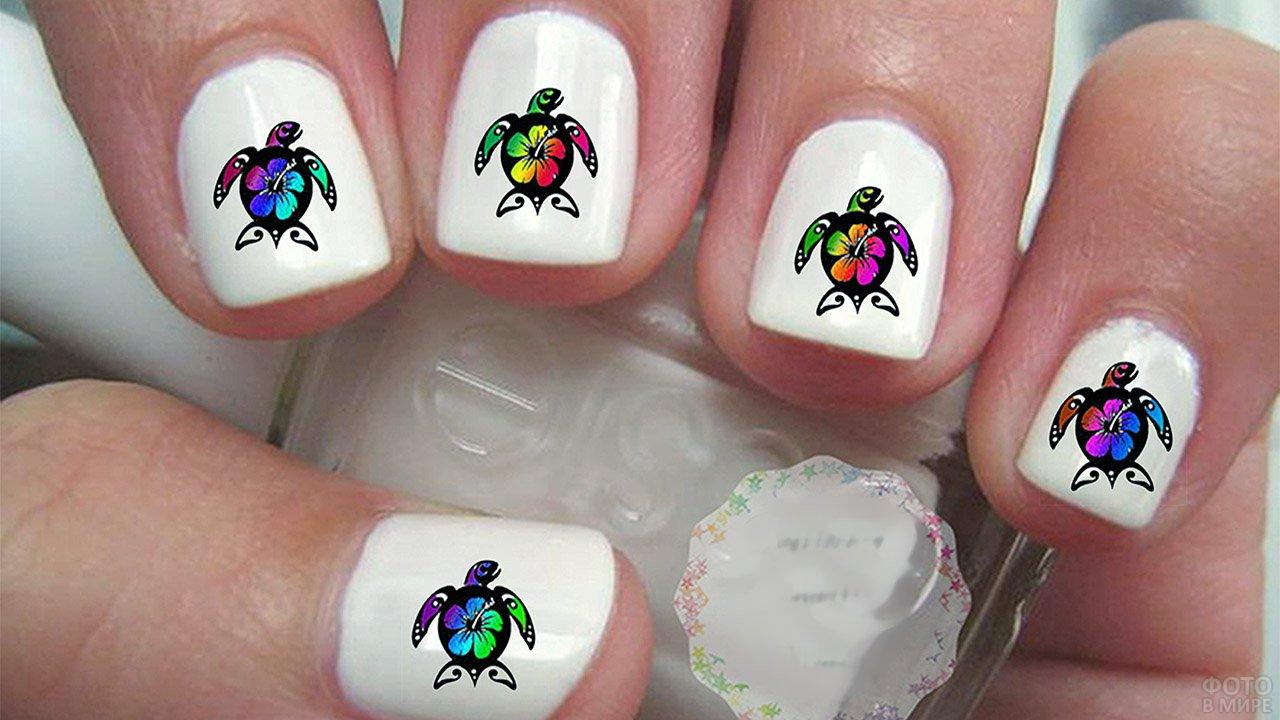 Черепашки с радужными цветами на белом маникюре