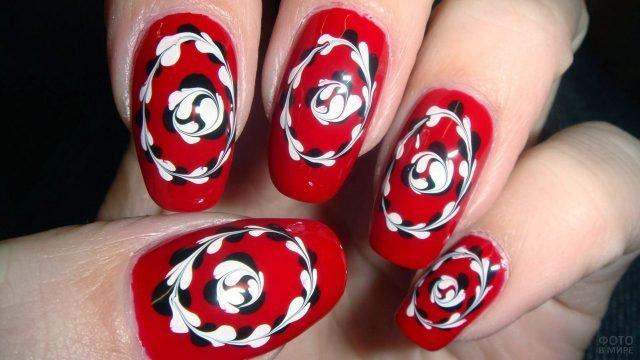 Чёрно-белый орнамент в народном стиле на красном маникюре