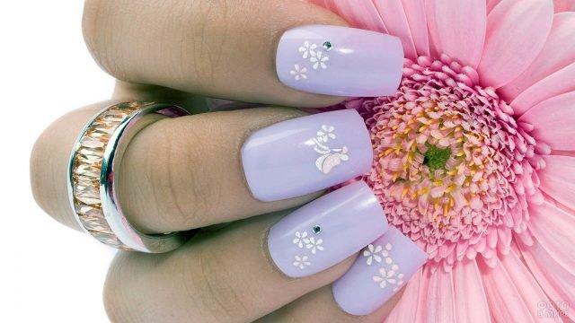 Деликатный маникюр с белыми цветочками на сиреневом фоне