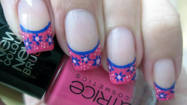 Френч с синими цветочками на розовых кончиках