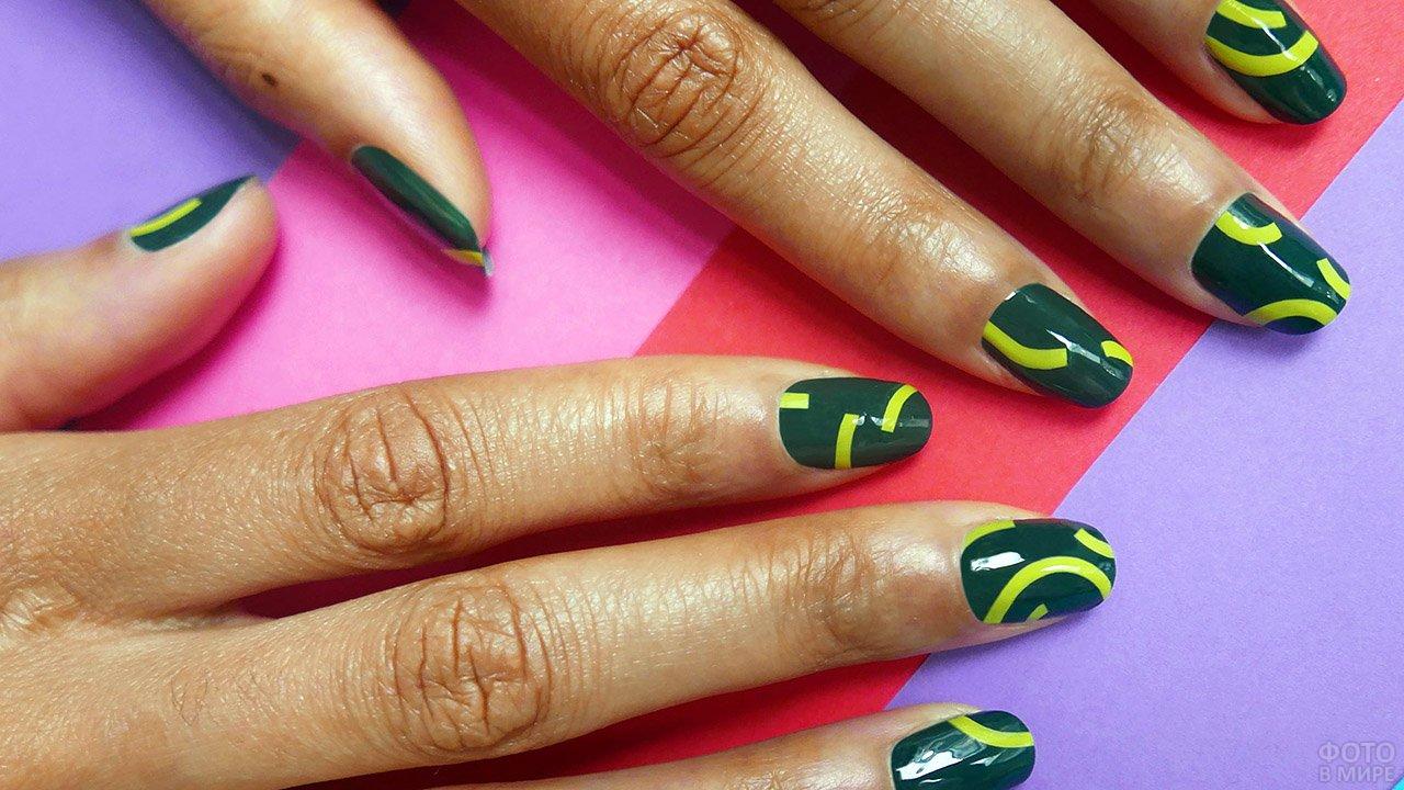 Геометрические рисунки в стиле поп-арт на тёмно-зелёном маникюре