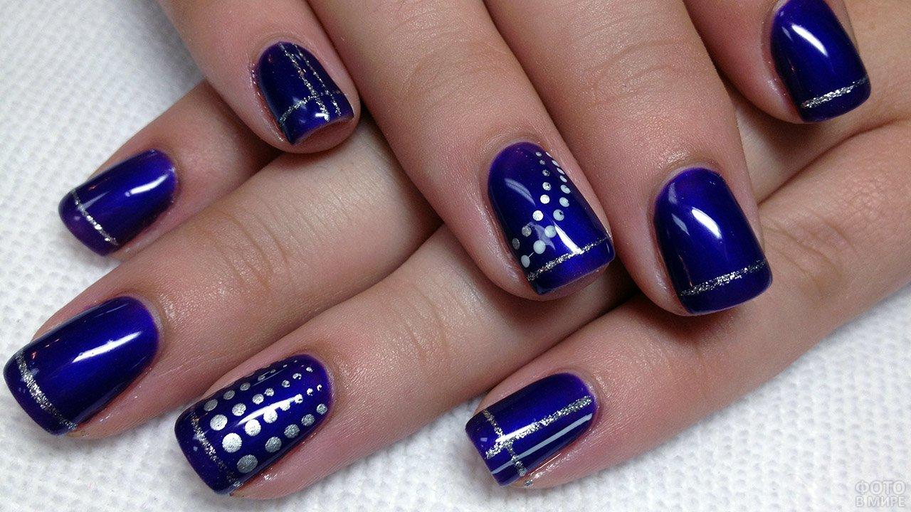 Космически-синий маникюр с геометрическими рисунками серебряным лаком