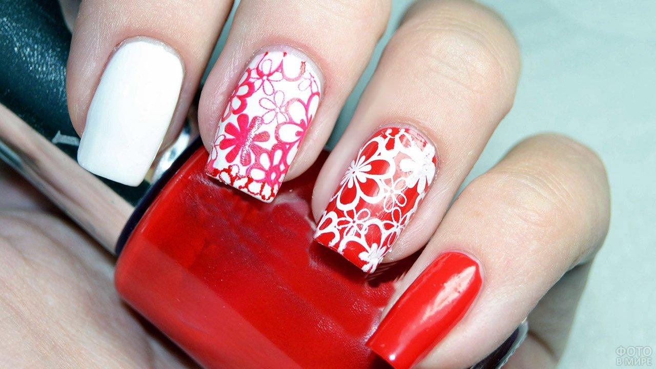 Красно-белые цветы на прямоугольном маникюре