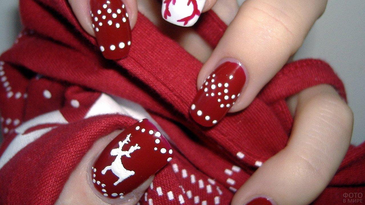 Красный маникюр с белыми новогодними рисунками и орнаментами