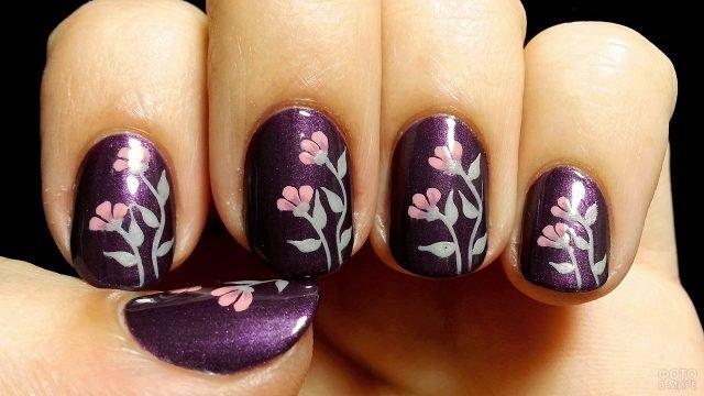 Нежные розовые цветы на тёмно-фиолетовом маникюре