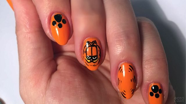 Оранжевый маникюр с рисунками по мотивам мультфильма про кота Гарфилда