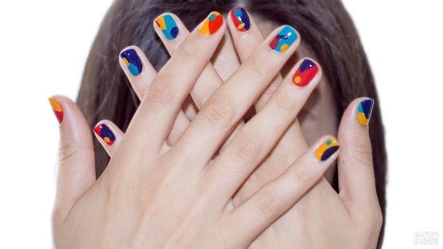 Разноцветный маникюр в стиле поп-арт