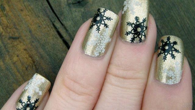 Стильный золотой маникюр с новогодними трендовыми чёрными снежинками