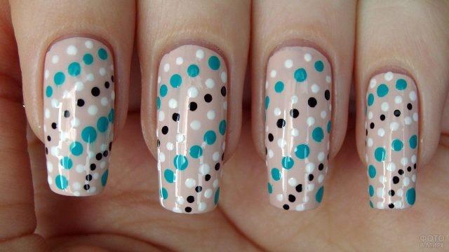 Трёхцветные полосы из точек на бежевых накладных ногтях