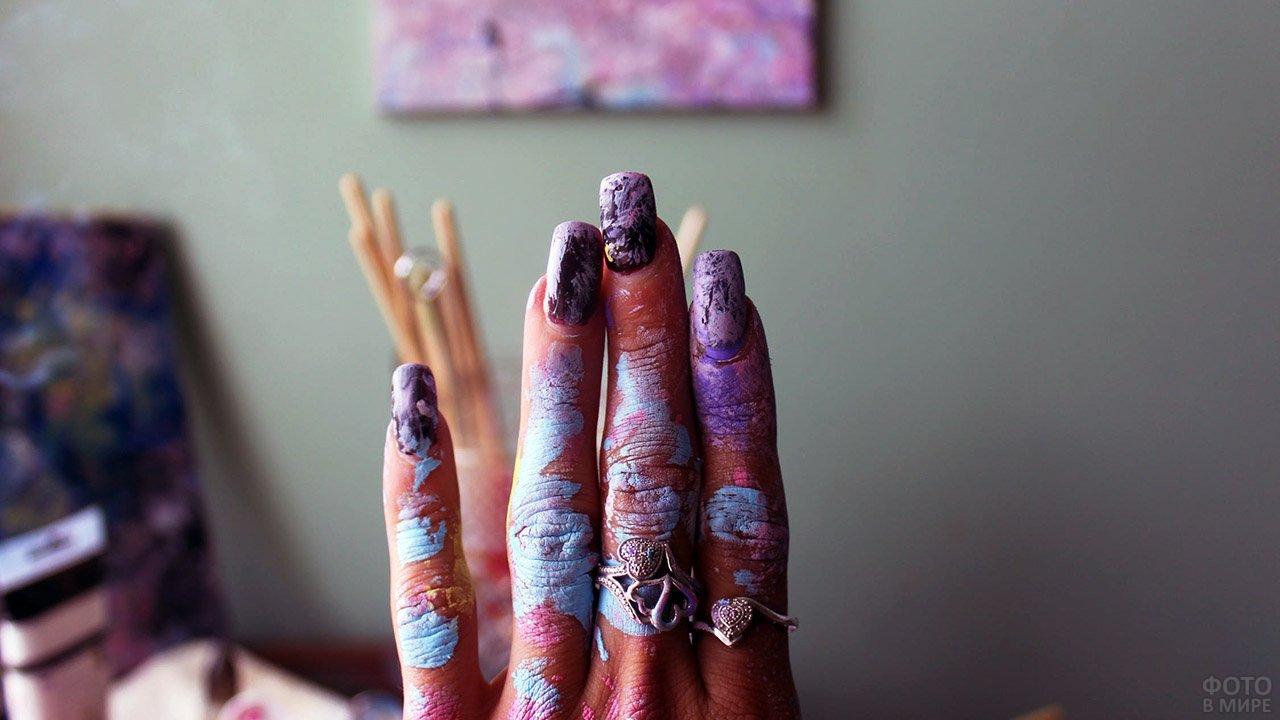 Живопись в стиле современного искусства на трендовом маникюре
