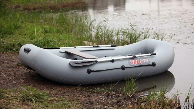 Гребная лодка из ПВХ на речном берегу