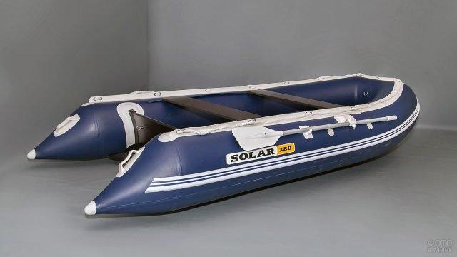 Яркая сине-белая надувная лодка Solar
