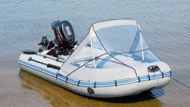 Моторно-гребная лодка из ПВХ с носовым тентом