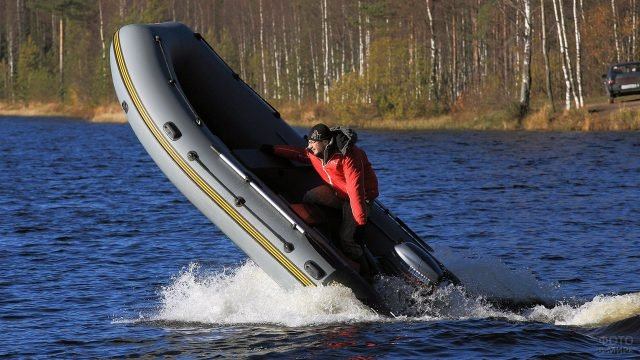 Мужчина на вздыбившейся лодке с мощным мотором