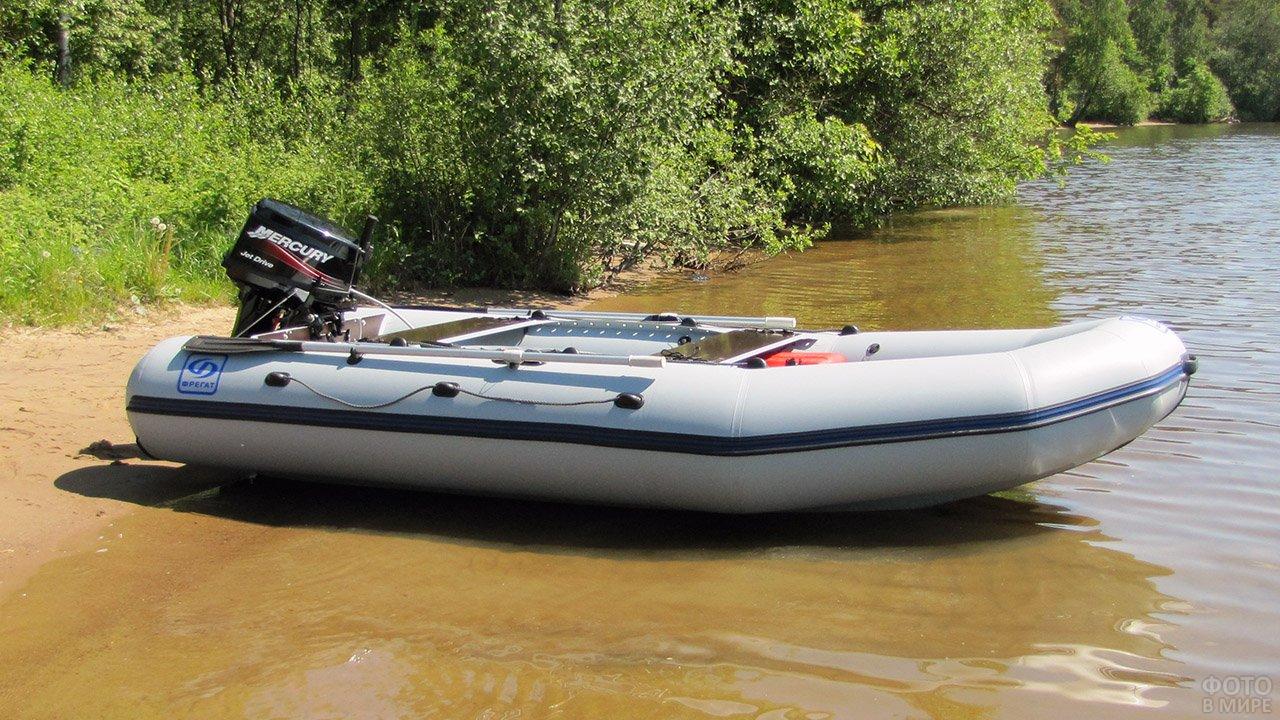 Надувная моторная лодка c трансформируемым транцем на песчаном берегу