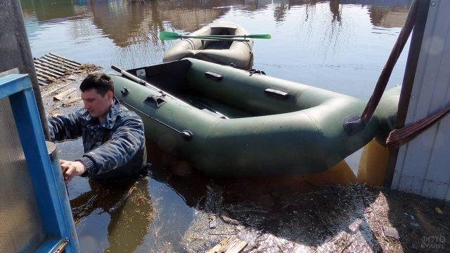 Надувные лодки из ПВХ в затопленном селе