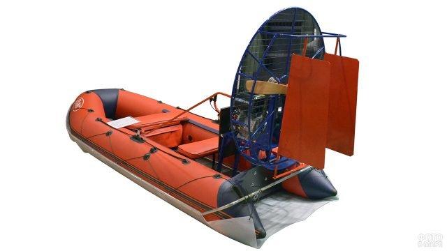 Оранжевая надувная лодка из ПВХ с двигателем-пропеллером