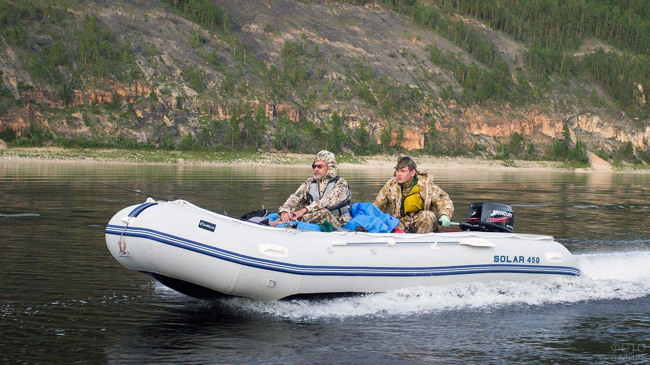 Отец с сыном мчатся на отечественной надувной моторно-гребной лодке из ПВХ