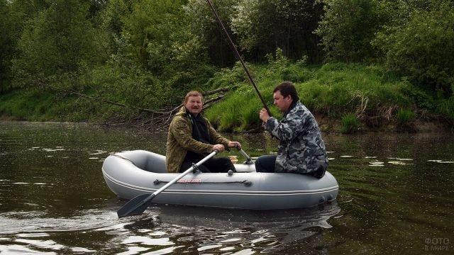 Рыбаки в двухместной вёсельной надувной лодке из ПВХ