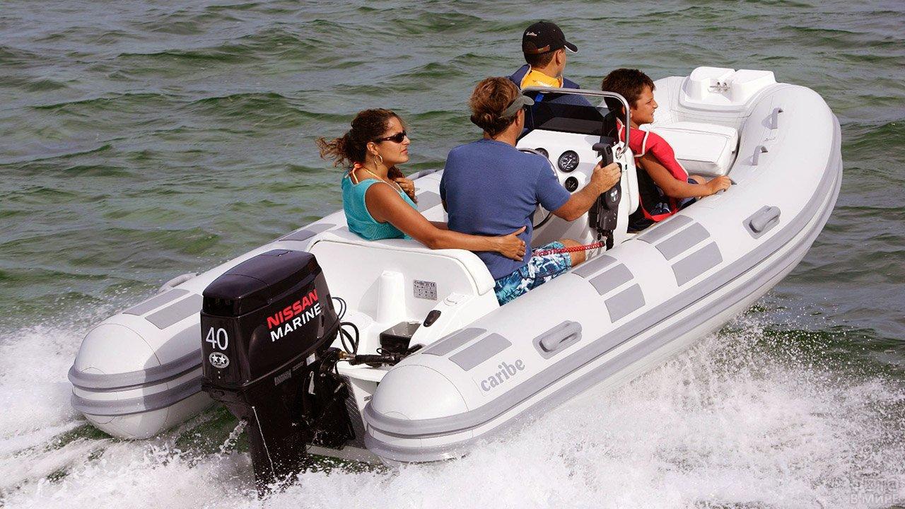Семья катается на белой надувной моторной лодке из ПВХ