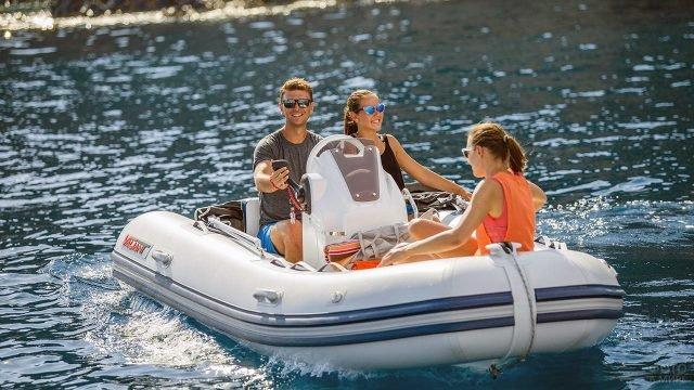 Трое в полужёсткой надувной лодке из ПВХ с подвесным мотором