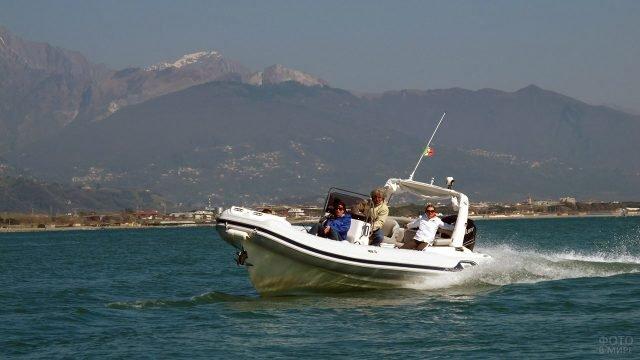 Туристок катают по морю на надувной лодке с мощным килем