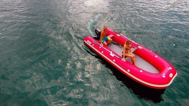 Туристы в тропическом море на ярко-красной надувной лодке из ПВХ с мотором