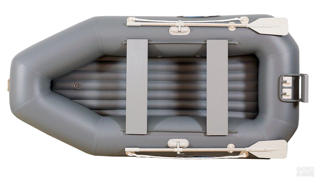Вид сверху на серебристо-серую надувную лодку с одной парой уключин