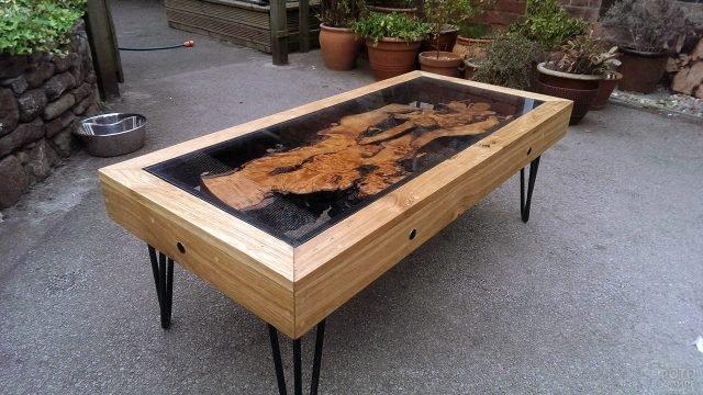Деревянный стол в стиле лофт со столешницей из эпоксидной смолы