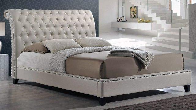 Лаконичная кровать с роскошным изголовьем