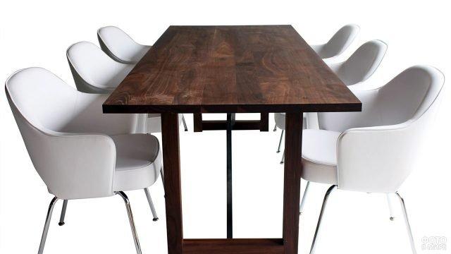 Обеденный стол цвета венге и белые полукруглые кресла
