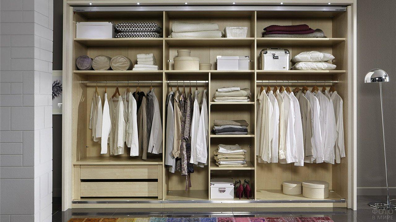 Современная система хранения для небольшой гардеробной