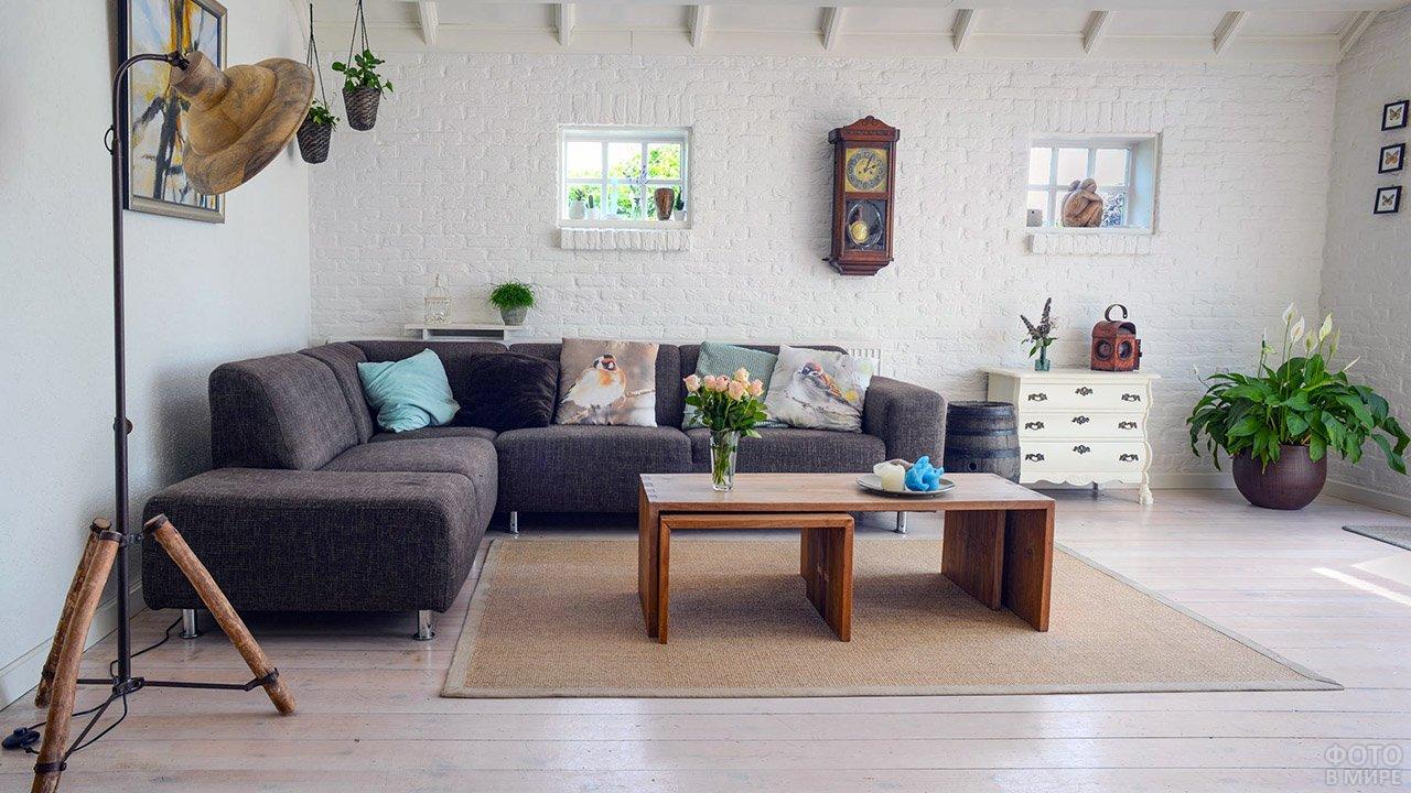 Современный угловой диван в лофт-интерьере с винтажными элементами декора