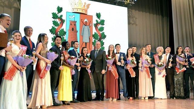 Ректор и студенты Ростовского университета на сцене в Татьянин день