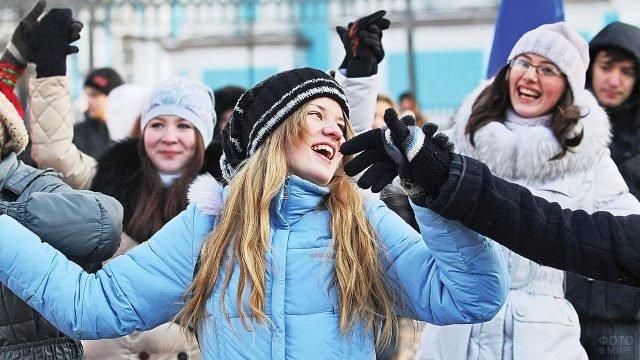 Студентки Самарского ВУЗа отмечают Татьянин день на улице города
