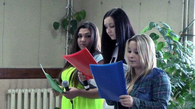 Студентки Севастопольского филиала МГУ читают поздравление с Днём студента