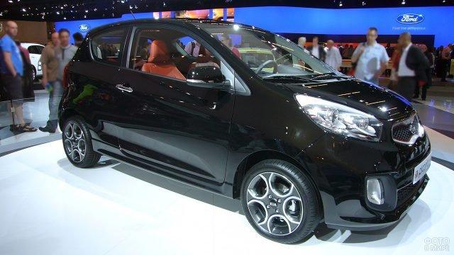 Чёрная трёхдверная Киа Пиканто на стенде автосалона