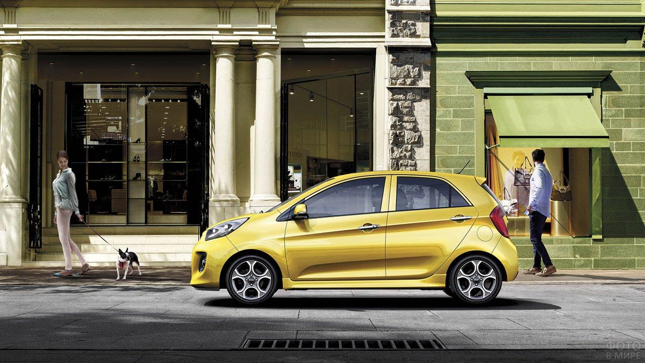 Рекламное фото жёлтой Киа Пиканто, припаркованной на европейской улице