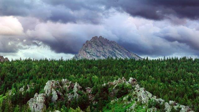 Горный хребет над верхушками леса в парке Таганай