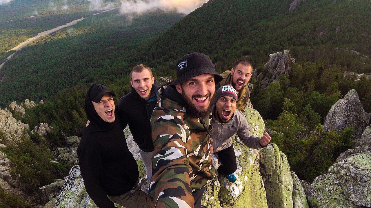 Счастливые туристы делают селфи на вершине горного хребта в парке Таганай