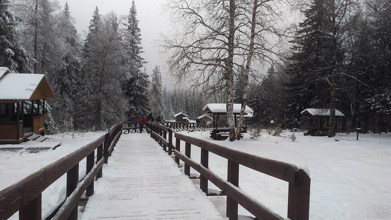 Туристическая зона на Чёрной скале в зимнем парке Таганай