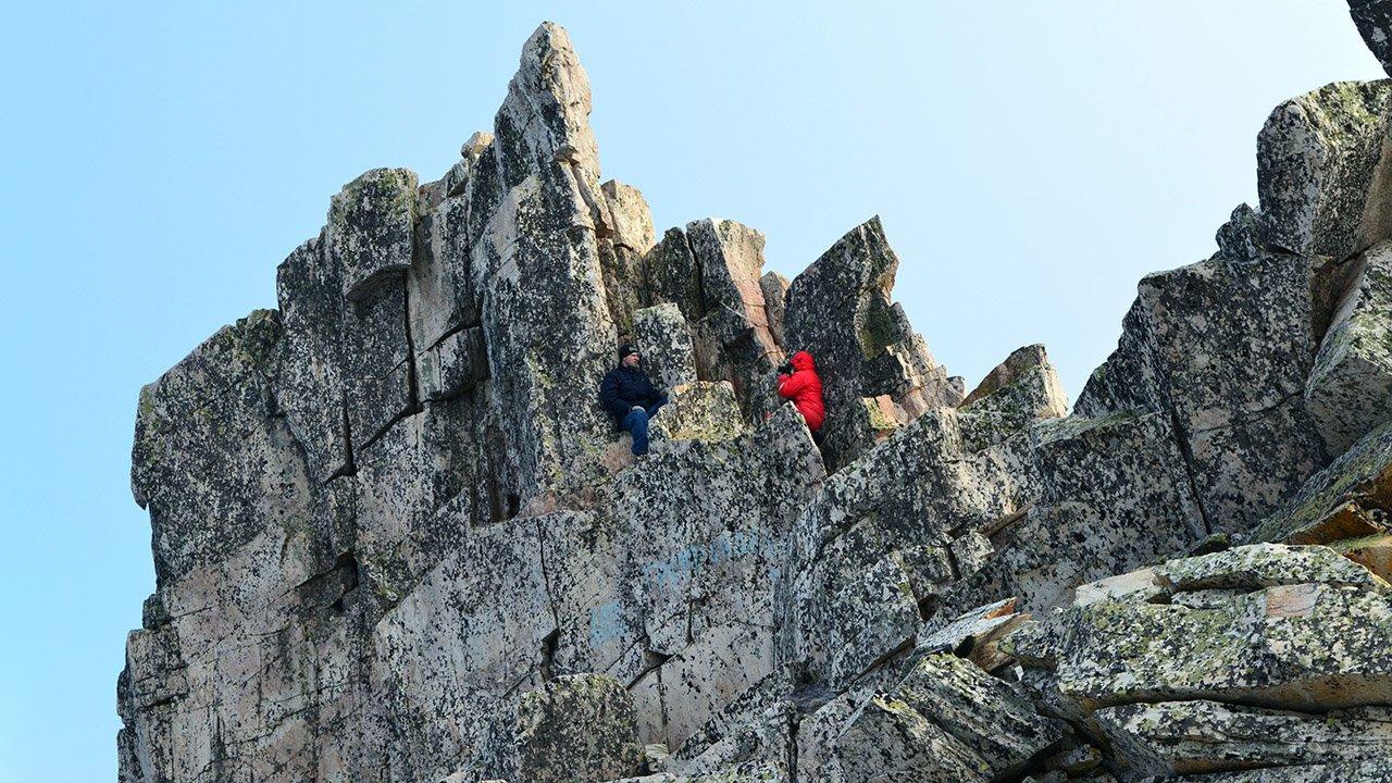 Туристы на вершине горы Юрма в парке Таганай