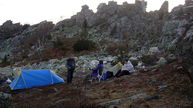 Туристы с палатками в горах парка Таганай