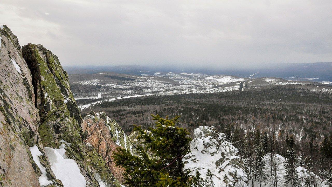 Вид на парк Таганай с Александровской сопки Уральского хребта