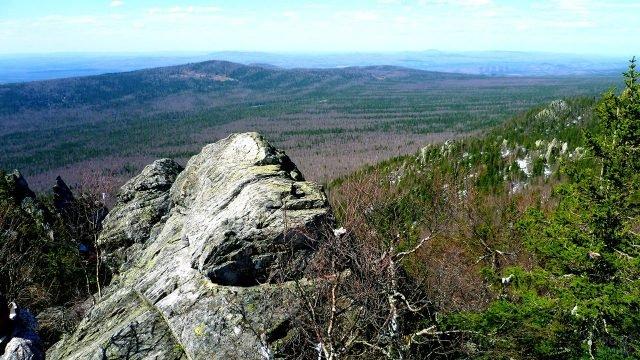 Вид с вершины Перья Двуглавой сопки на парк Таганай