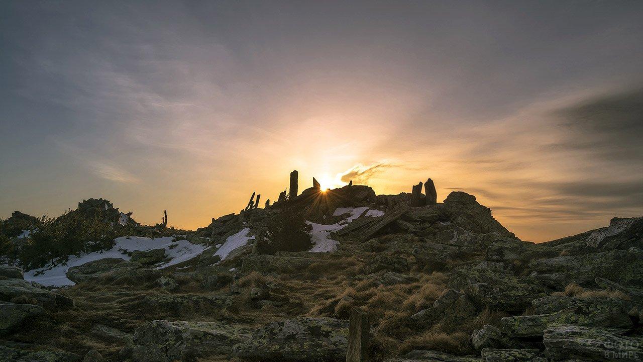 Восход над вершиной Таганая