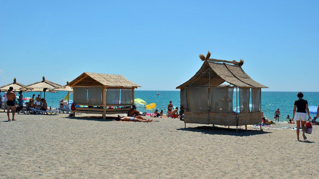 Благоустроенный пляж при отеле в городе Саки