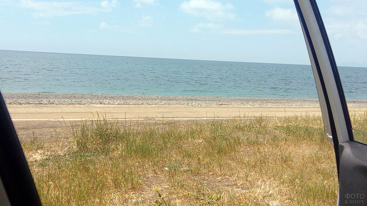 Дикий пляж в селе Морское на крымском побережье
